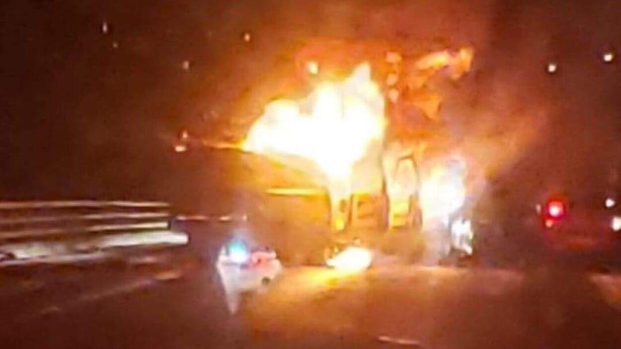 Un véhicule a pris feu après une collision sur la route 249 à Saint-François-Xavier-de-Brompton.