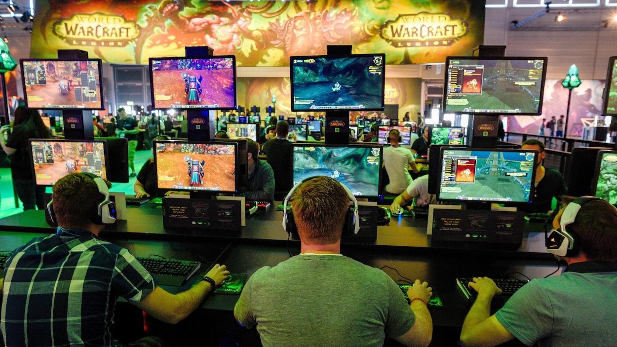 Des joueurs de dos avec des casques jouent au jeu en groupe.