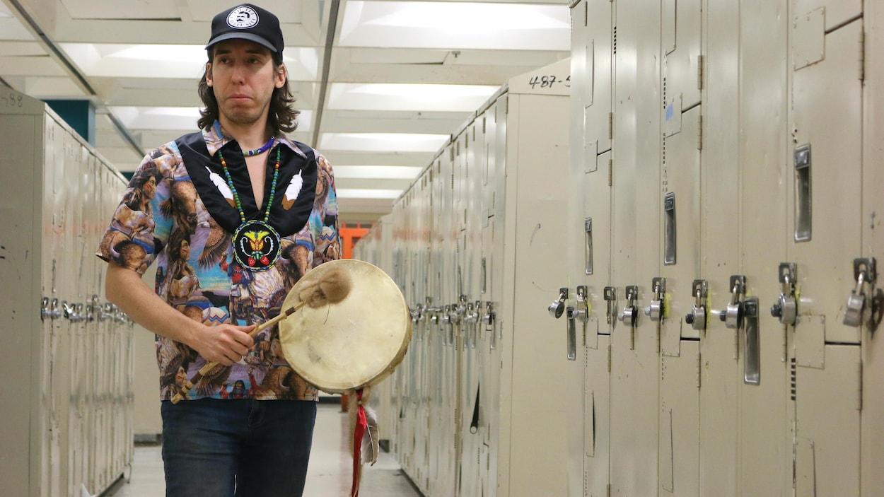 Xavier Watso tient un tambour dans les vestiaires d'une école secondaire de Montréal.