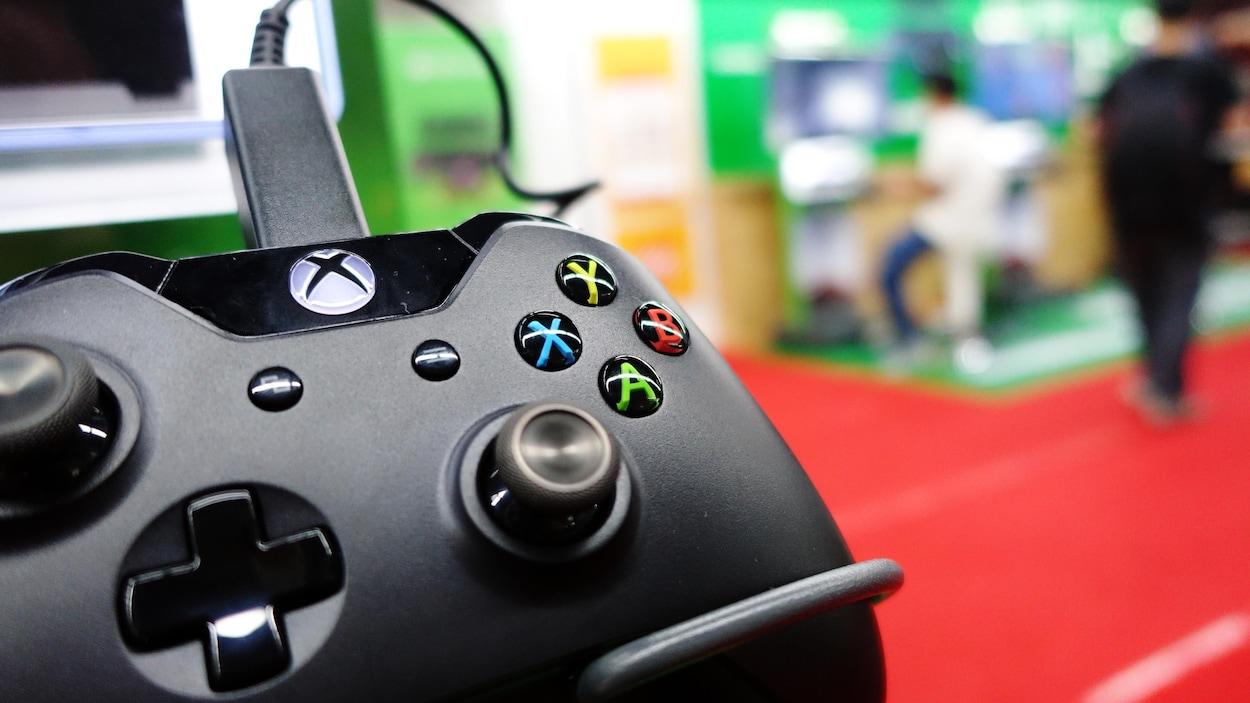 Une manette Xbox One noire.