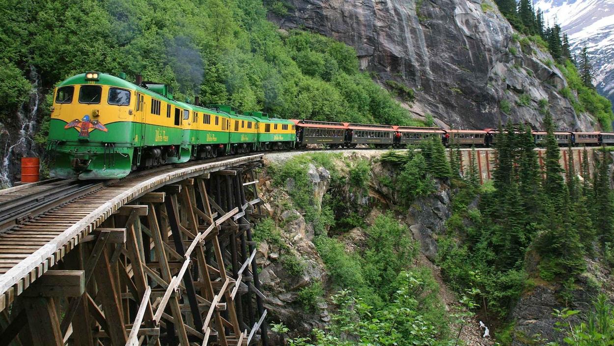 train passe entre les montagnes