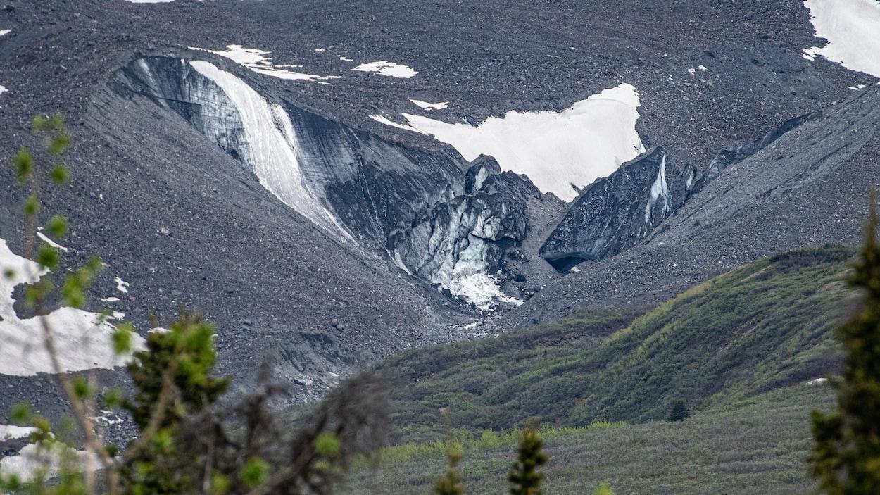 Photo à distance d'un amas de glace et de débris.