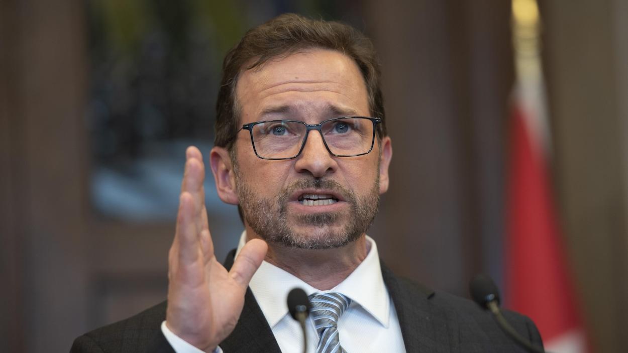 Yves-François Blanchet parle devant les journalistes.