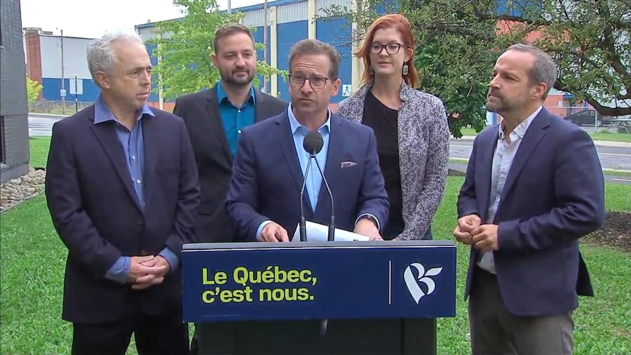 Yves-François Blanchet est accompagné de quatre autres candidats bloquistes lors d'une annonce près du Studio Melrose.