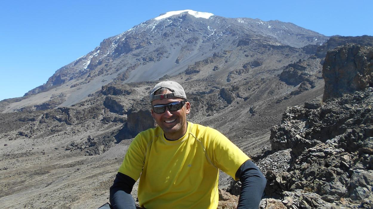 Yves Huard devant le Kilimandjaro