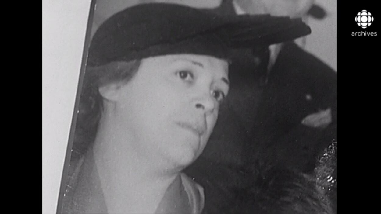 Gros plan sur le visage d'Yvette Charpentier.