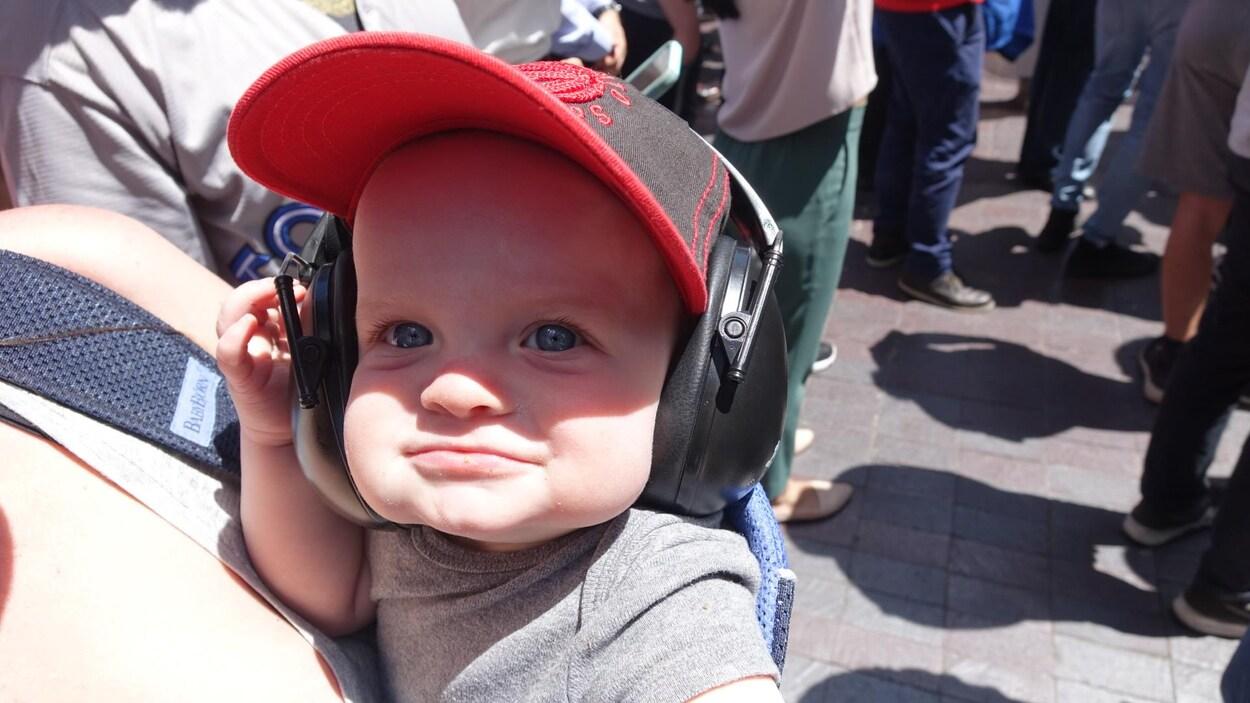 Un bébé avec une casquette des Raptors.