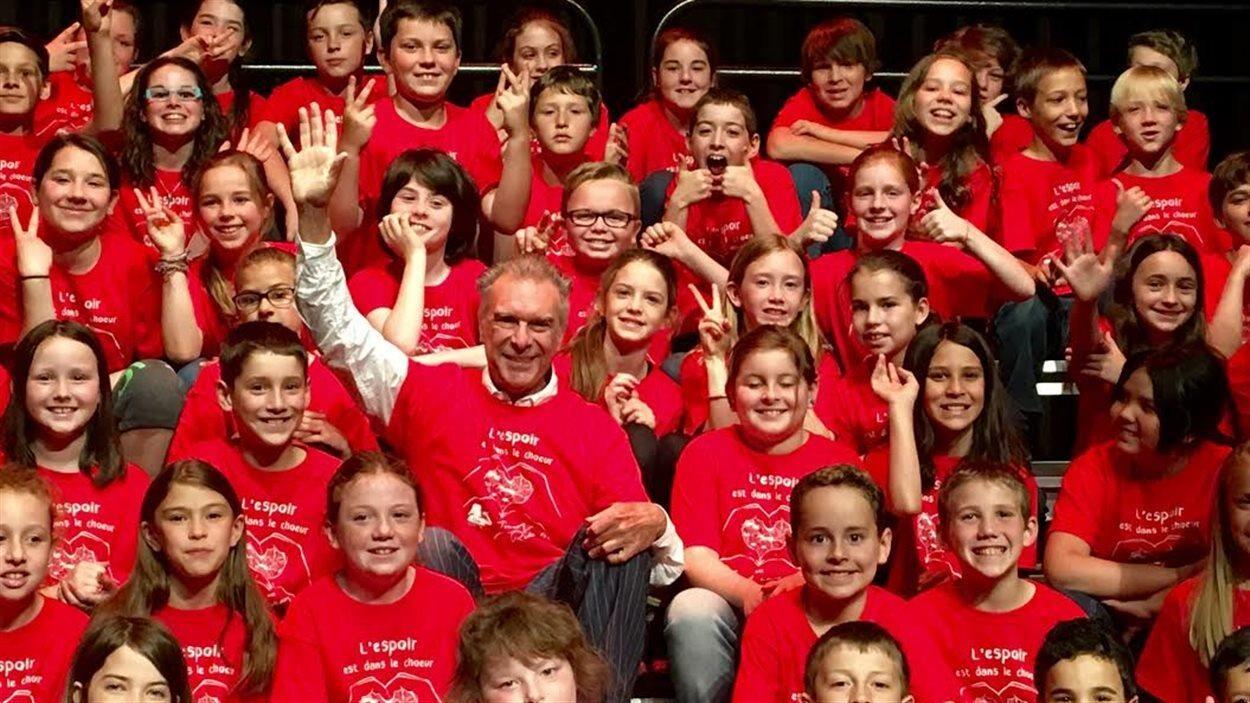 Zachary Richard et plusieurs élèves sur scène saluent le public
