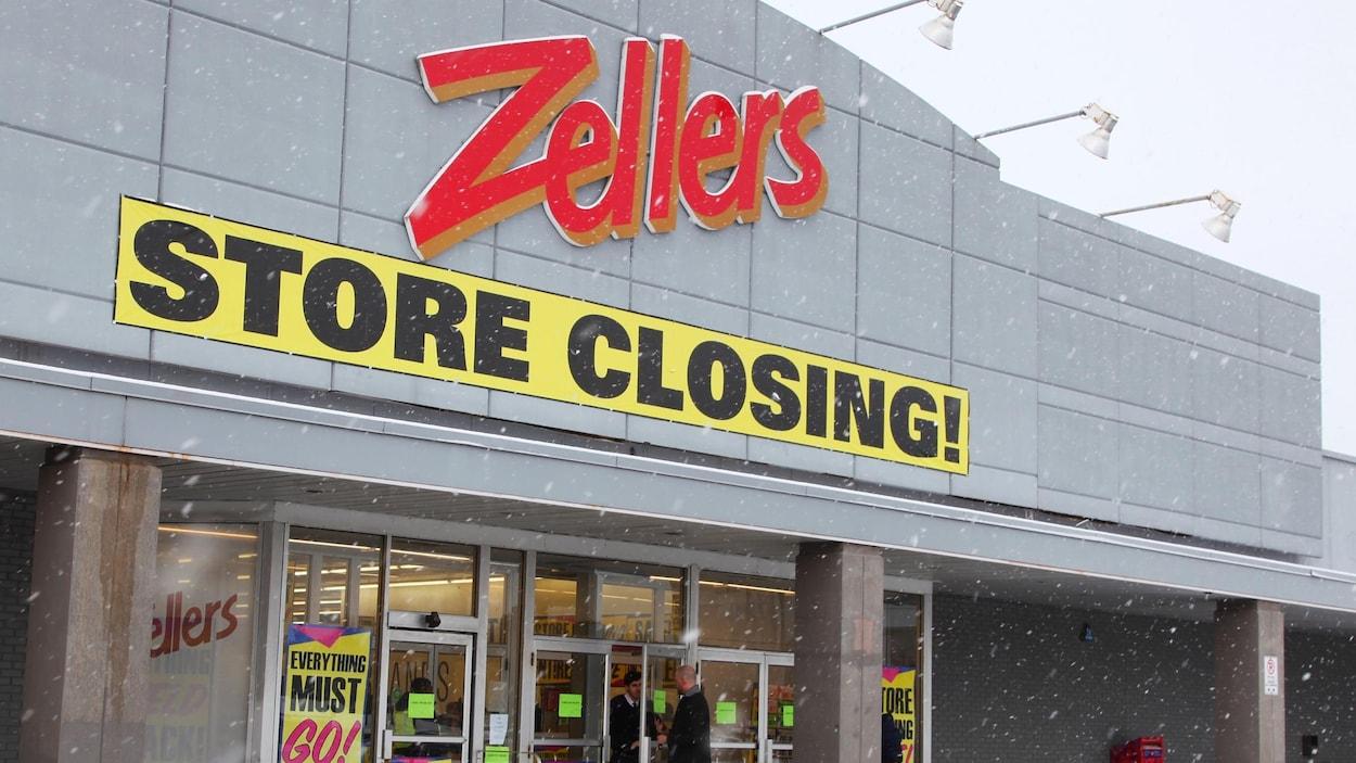 L'extérieur d'un magasin Zellers avec les affiches jaunes de ventes de liquidation.