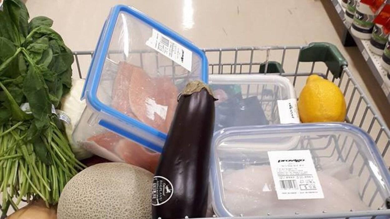 Un panier d'épicerie avec des aliments et des plats.