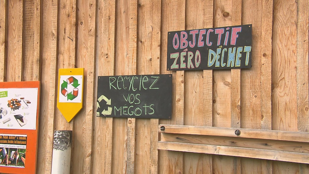 Le festival La Nuit du pont couvert à Gould s'était donnée une mission « zéro déchet » en 2018. On voit ici deux pancartes : Objectif zéro déchet et Recyclez vos mégots.