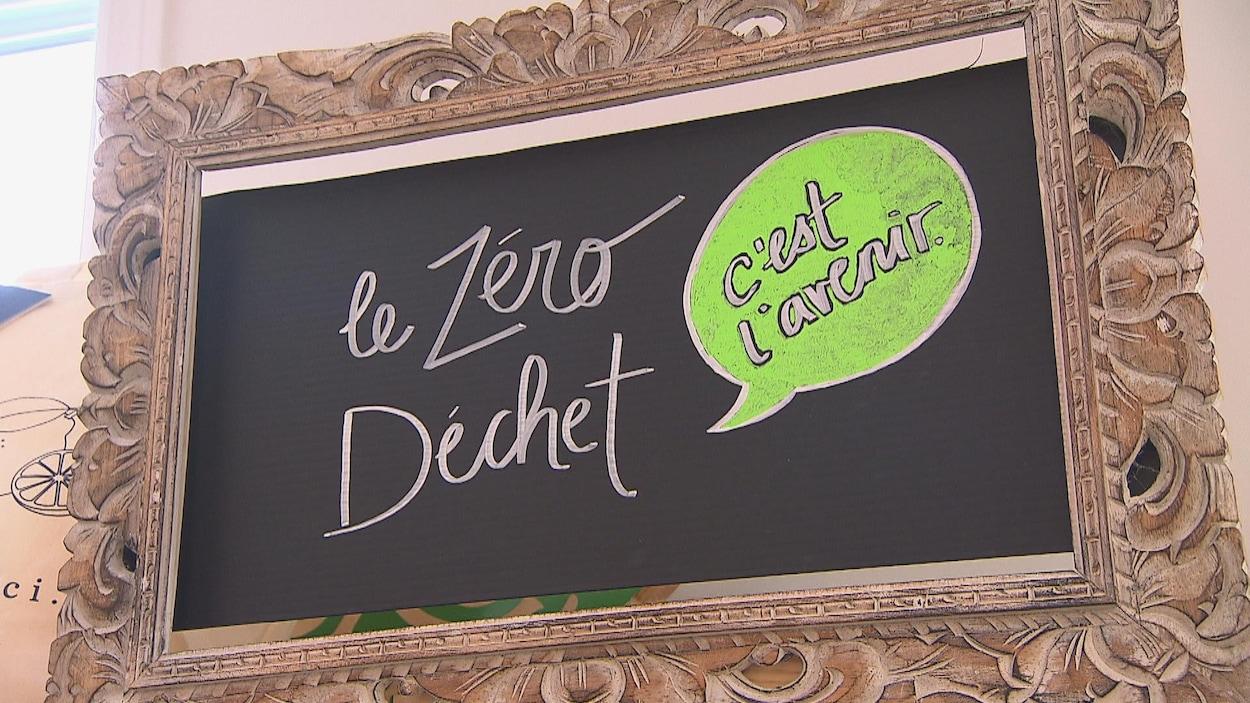 « Le zéro déchet, c'est l'avenir », peut-on lire sur une affiche de la Savonnerie des Diligences. L'entreprise vend notamment des savons en vrac et des produits dans des pots Mason.