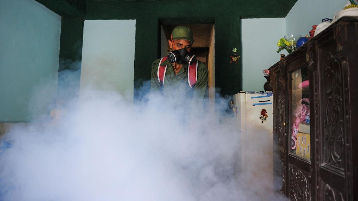 Un militaire cubain porte un masque lors d'une opération de fumigation.