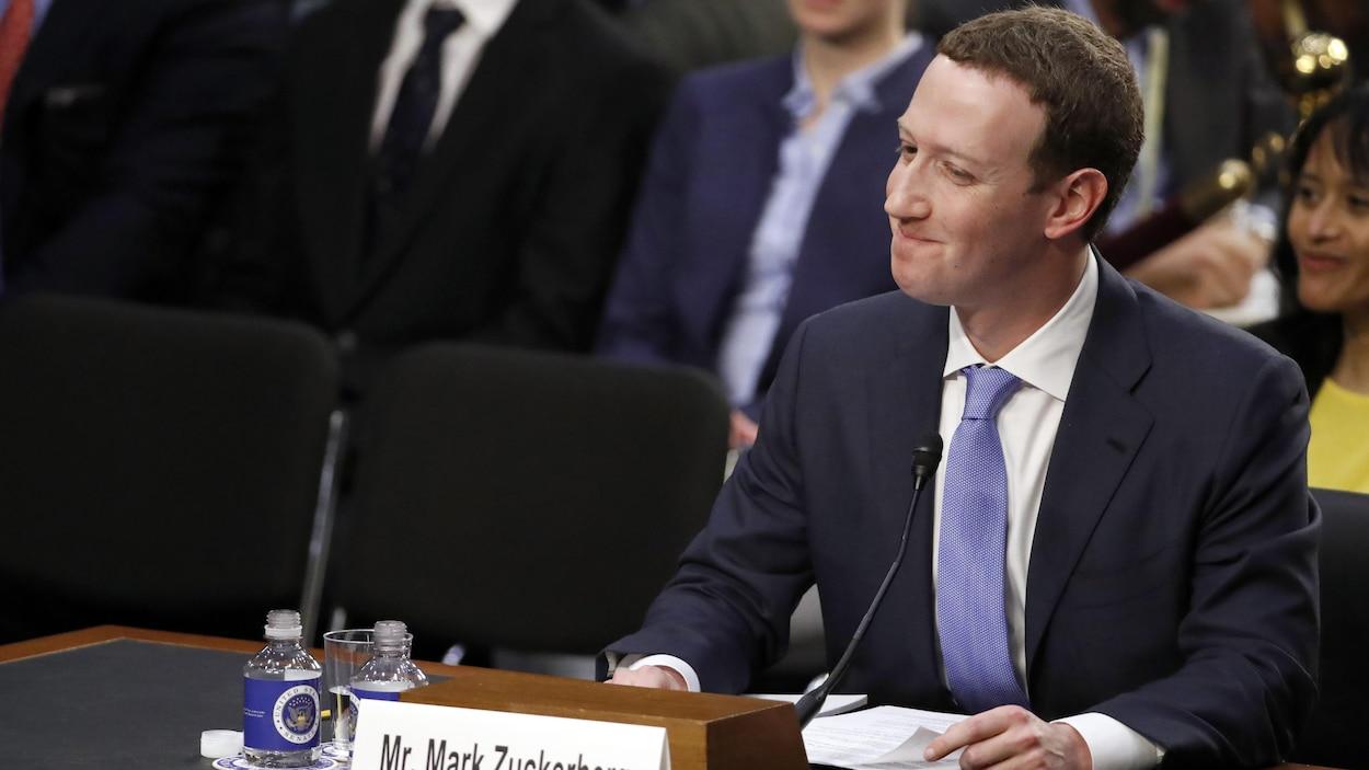 Le grand patron de Facebook, Mark Zuckerberg, réagit à l'une des questions qui lui ont été posées mardi à Washington durant son témoignage devant le Congrès américain.
