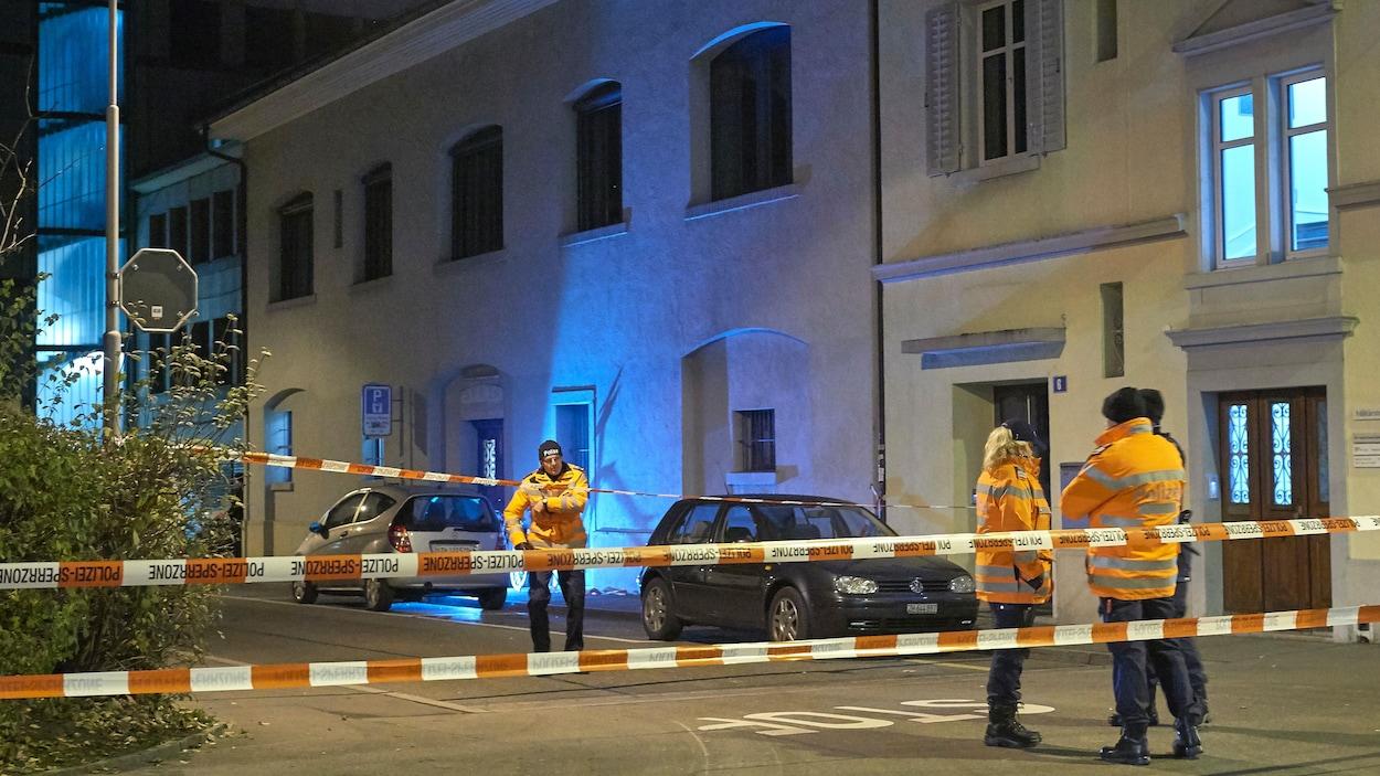 Des policiers suisses ont établi un périmètre de sécurité à l'extérieur du Centre islamique de Zurich où trois personnes ont été blessées par balle lundi.