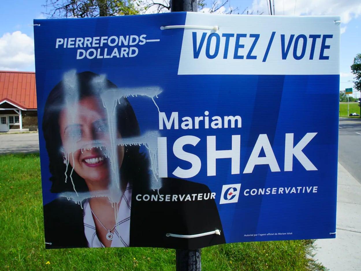 Pancartes de la candidate conservatrice Mariam Ishak, vandalisées avec des croix gammées.