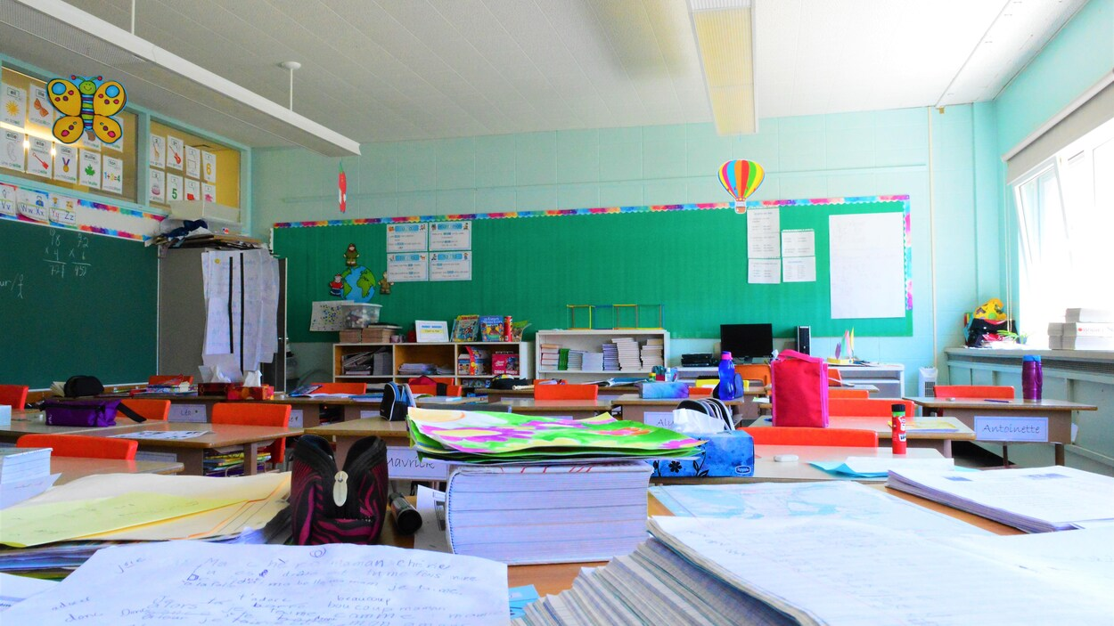 une classe vide vue depuis le bureau de l'enseignante