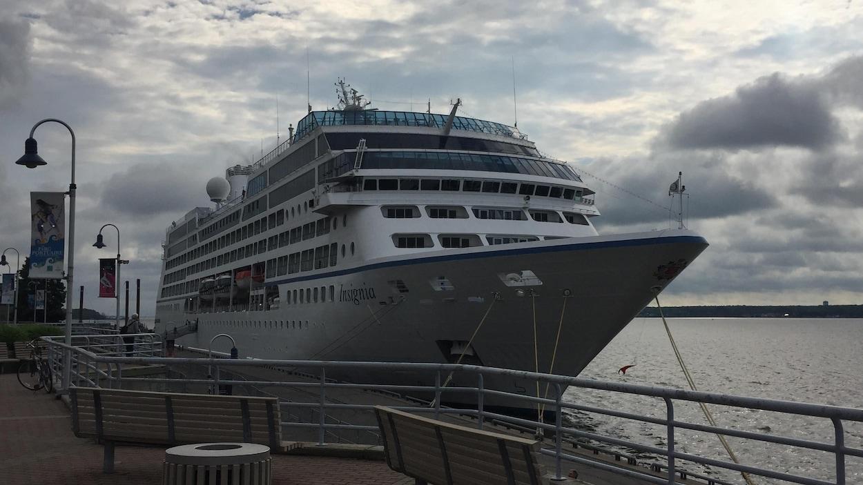 L'Insignia est accosté au port. Un passant le regarde.