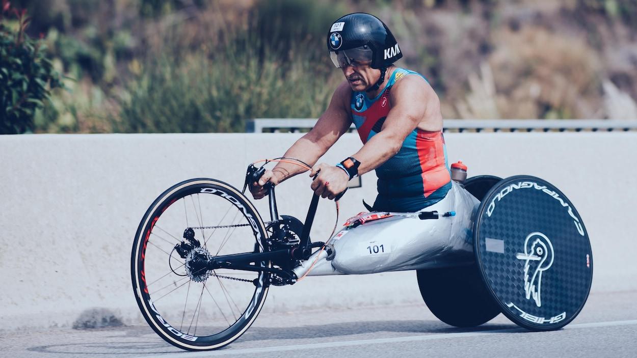 Il propulse son vélo avec ses mains.