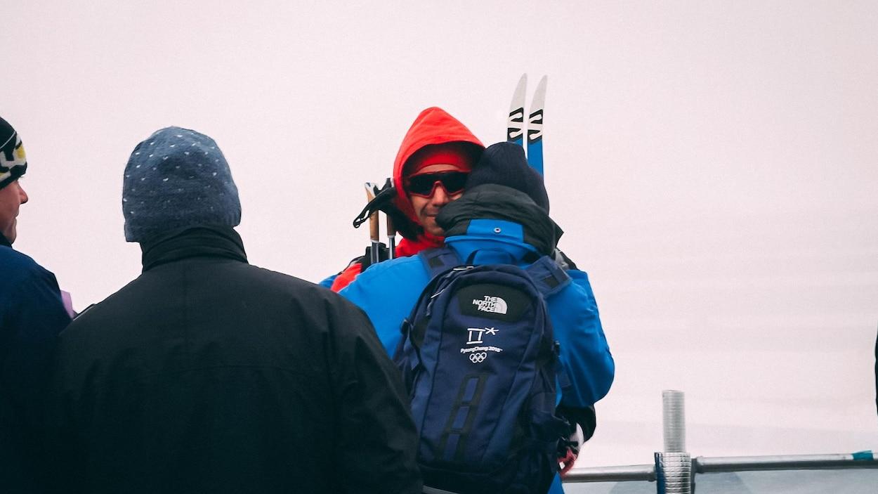 Alex Harvey (en rouge) et son père Pierre s'enlacent après la 4e place d'Alex au 50 km des Jeux olympiques de Pyeongchang.