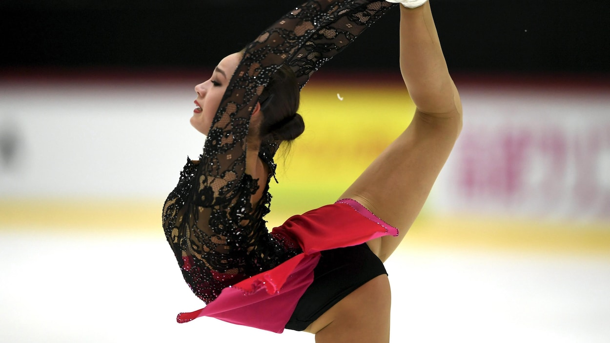 La Russe Alina Zagitova étire une jambe au-dessus de sa tête pendant son programme court au Grand Prix de patinage artistique d'Helsinki.