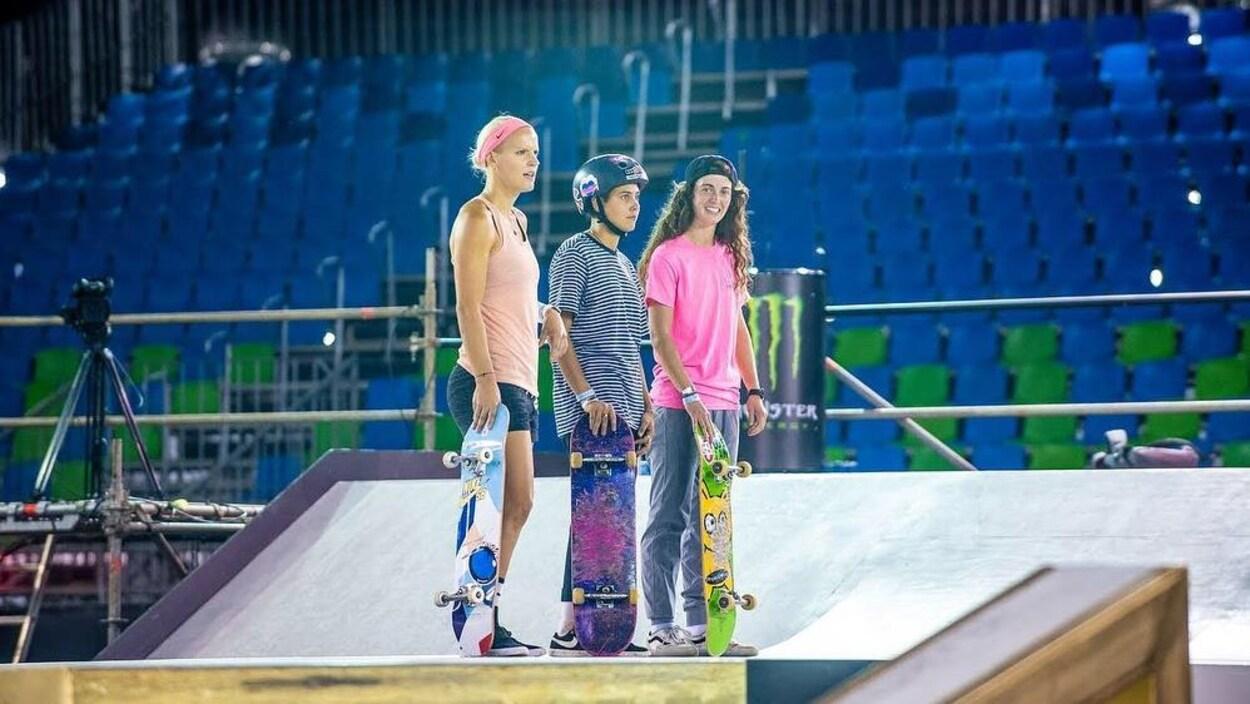 Annie Guglia (à droite) avec d'autres compétitrices aux Championnats du monde de planche à roulettes
