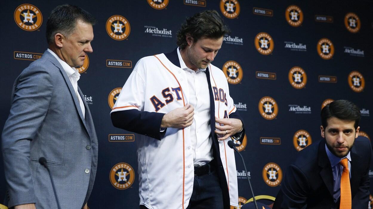 Il se lève lors de la présentation d'un joueur des Astros.