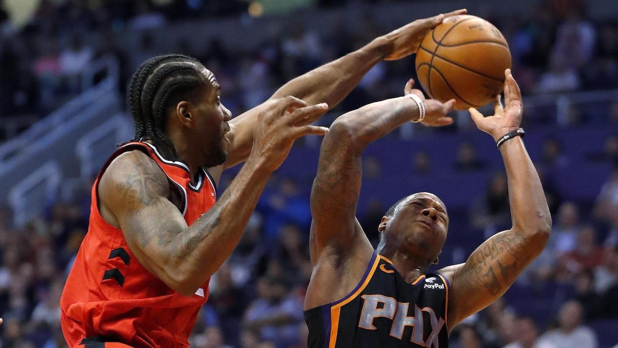 Kawhi Leonard (à gauche), des Raptors de Toronto, bloque un lancer d'Isaiah Canaan, des Suns de Phoenix.