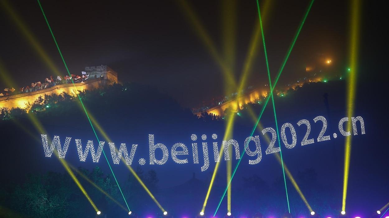 La Grande Muraille de Chine illuminée pour souligner l'obtention des Jeux olympiques de 2022.