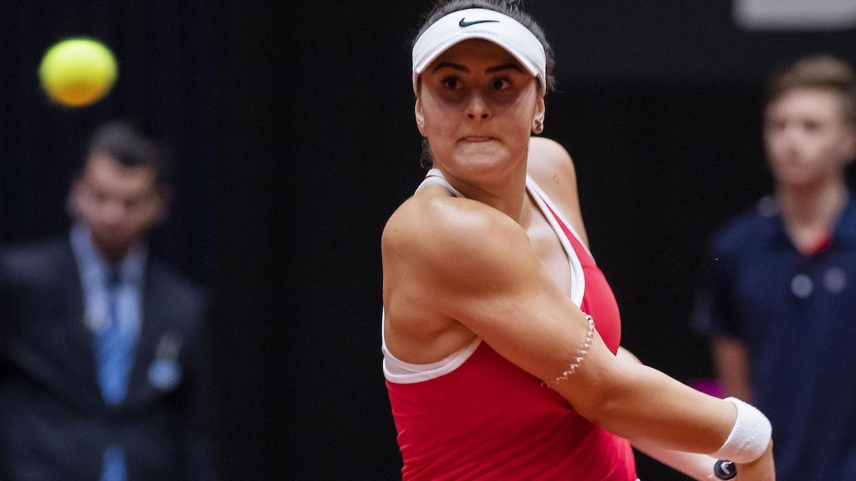 Bianca Andreescu fait une revers durant la Fed Cup aux Pays-Bas