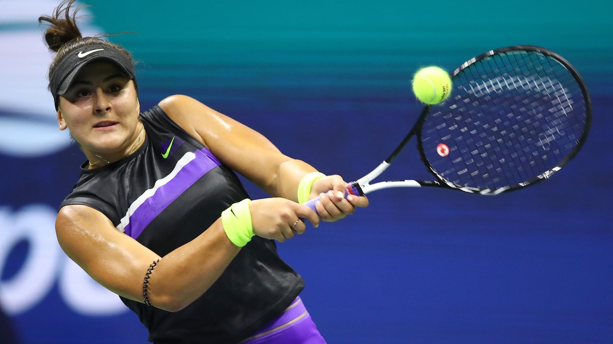 Bianca Andreescu frappe la balle en revers.