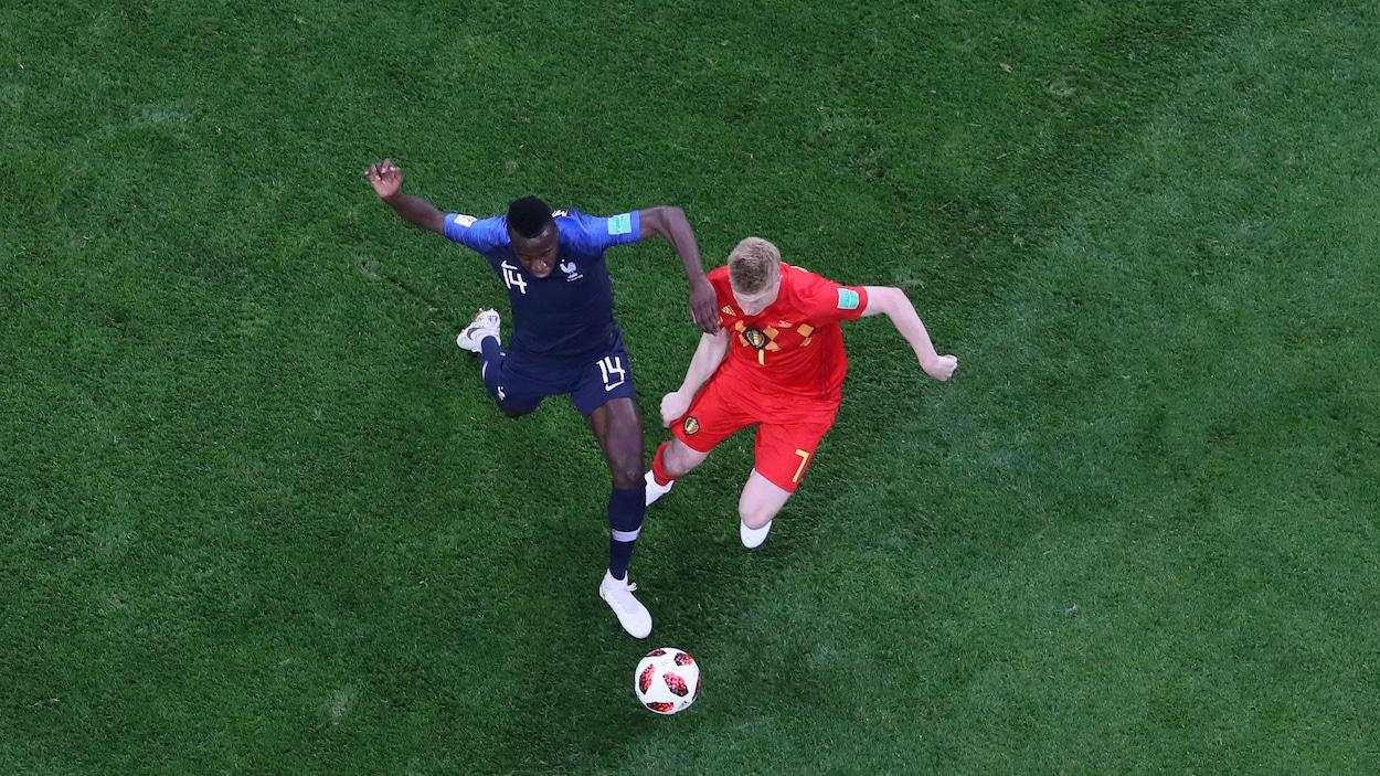 Le Français Blaise Matuidi enlève le ballon à Kevin De Bruyne.
