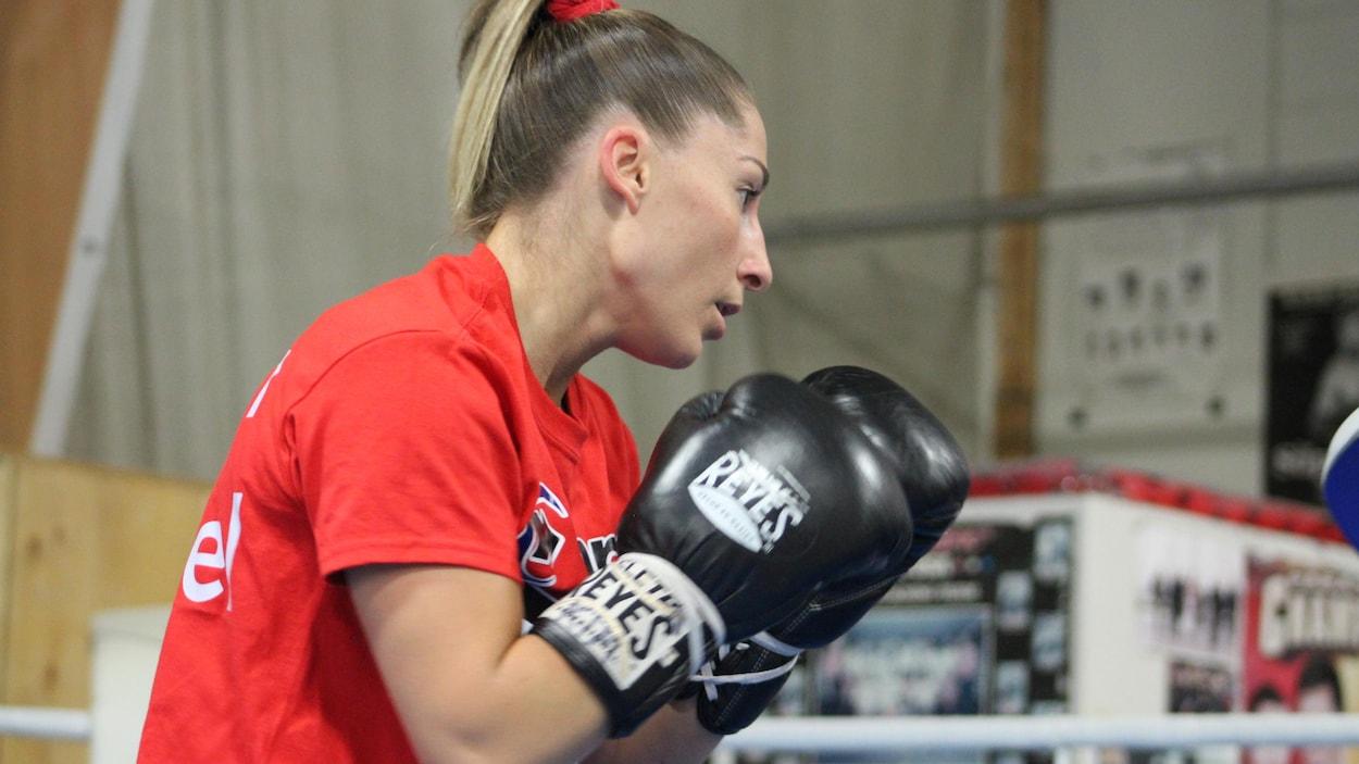 Elle est dans le ring à l'entraînement.