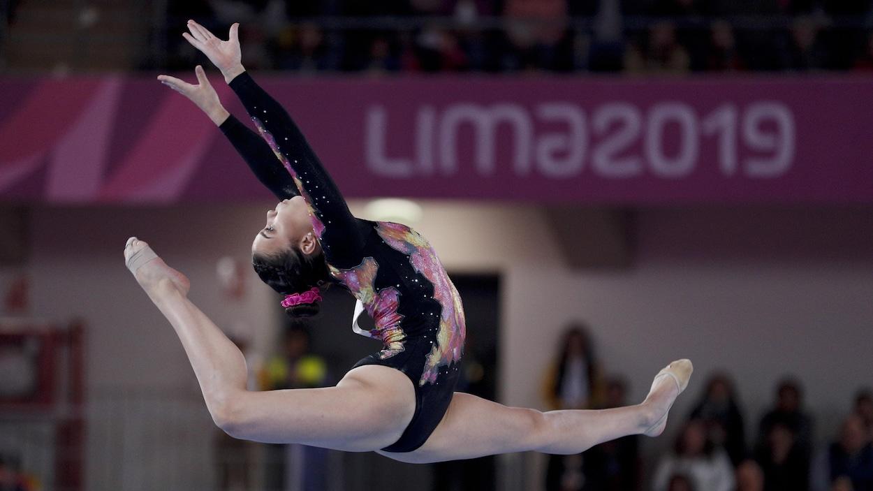 Elle saute et fait une arabesque.