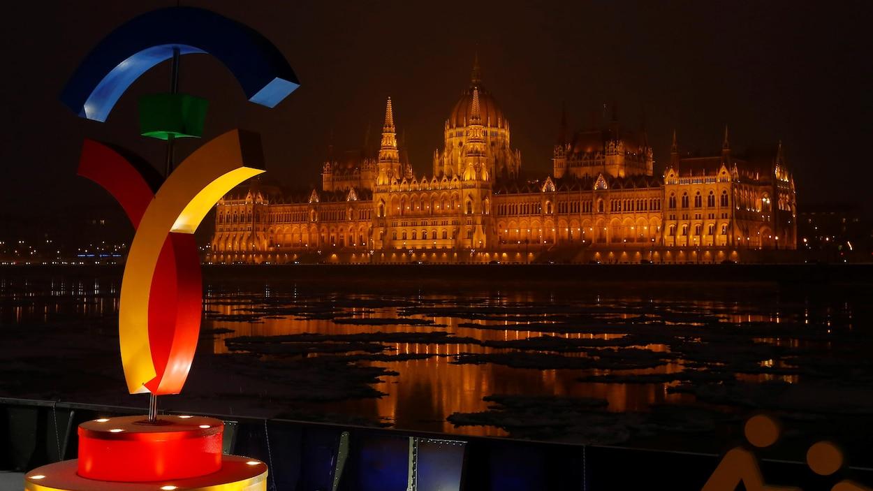 Le logo de la candidature olympique de Budapest avec, en arrière-plan, le parlement hongrois