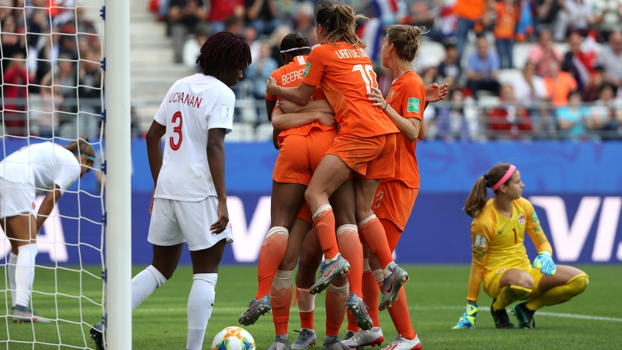 Les Néerlandaises célèbrent un but inscrit contre les Canadiennes.
