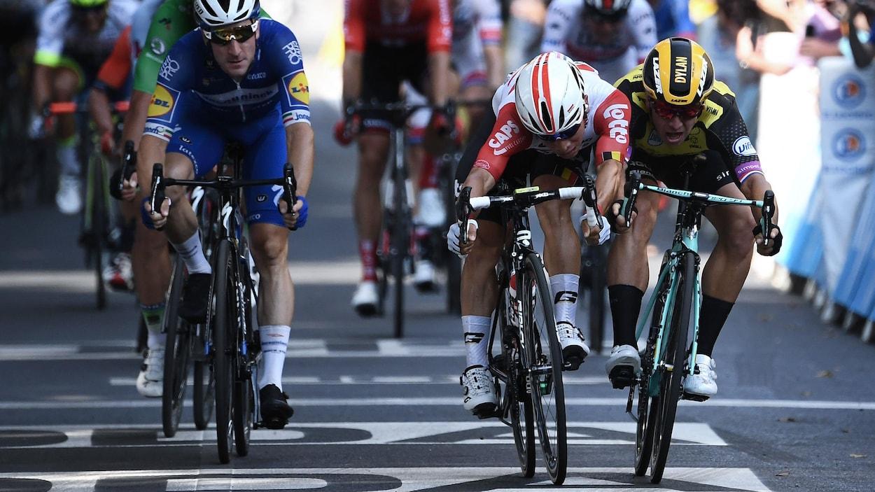 Il lance son vélo vers l'avant pour franchir la ligne en premier.