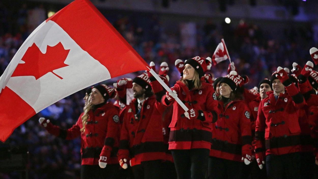 Hayley Wickenheiser, porte-drapeau du Canada lors de la cérémonie d'ouverture des Jeux de Sotchi en 2014