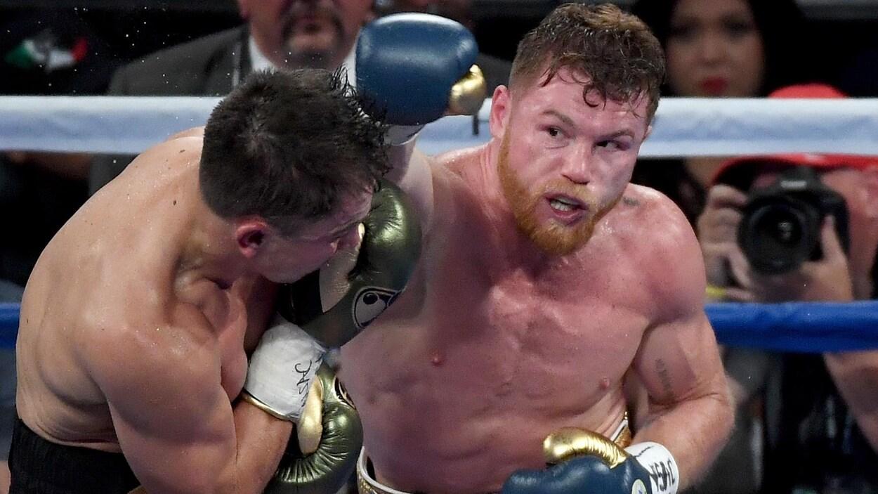 Canelo Alvarez frappe Gennady Golovkin d'une solide droite dans leur combat du 16 septembre 2017 à Las Vegas