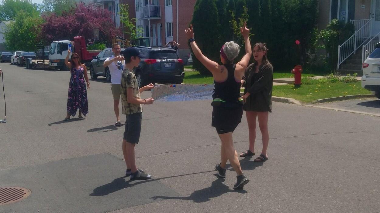 Cathy Chabot est accueillie par sa famille après son premier marathon virtuel.