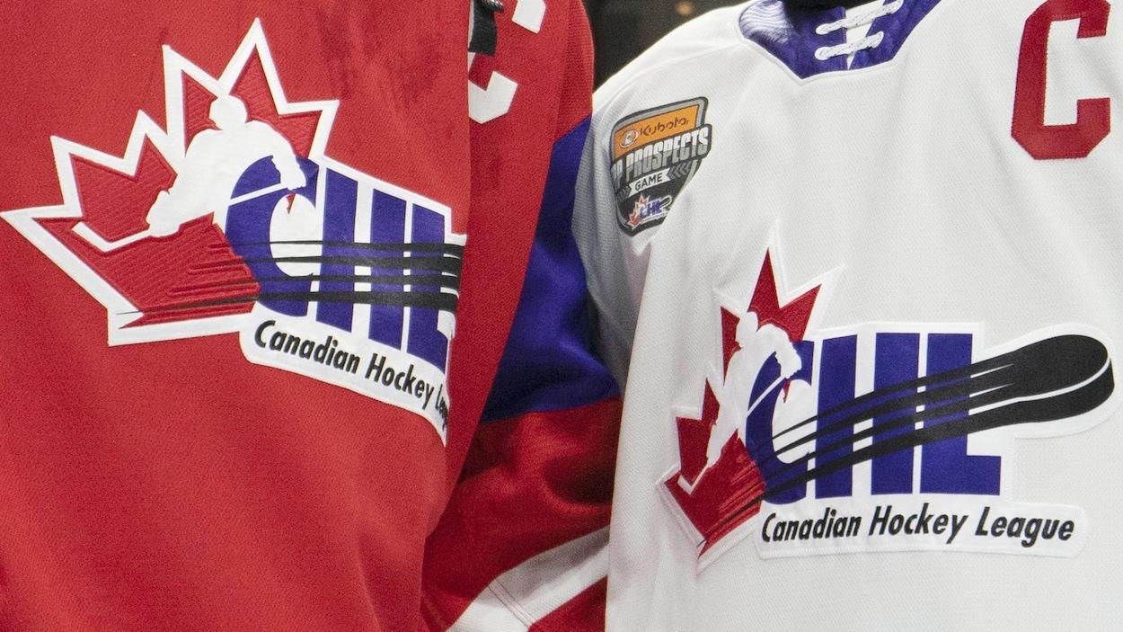 Gros plan de deux chandails de hockey
