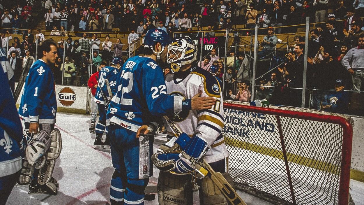 Le défenseur des Nordiques de Québec Jeff Brown donne l'accolade à Clint Malarchuk après le match marquant son retour au jeu, au printemps 1989.