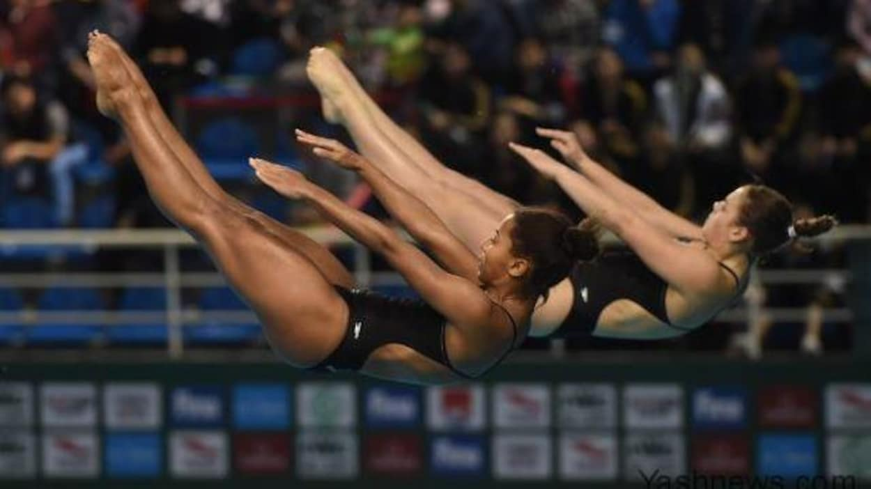Jennifer Abel (à gauche) et Mélissa Citrini-Beaulieu réalisent un plongeon au tremplin de 3 m synchronisé.