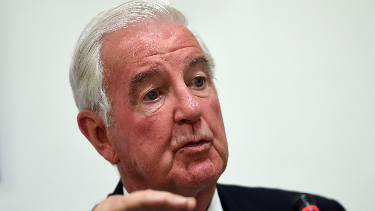 Plan serré de Craig Reedie, président de l'Agence mondiale antidopage, en conférence de presse