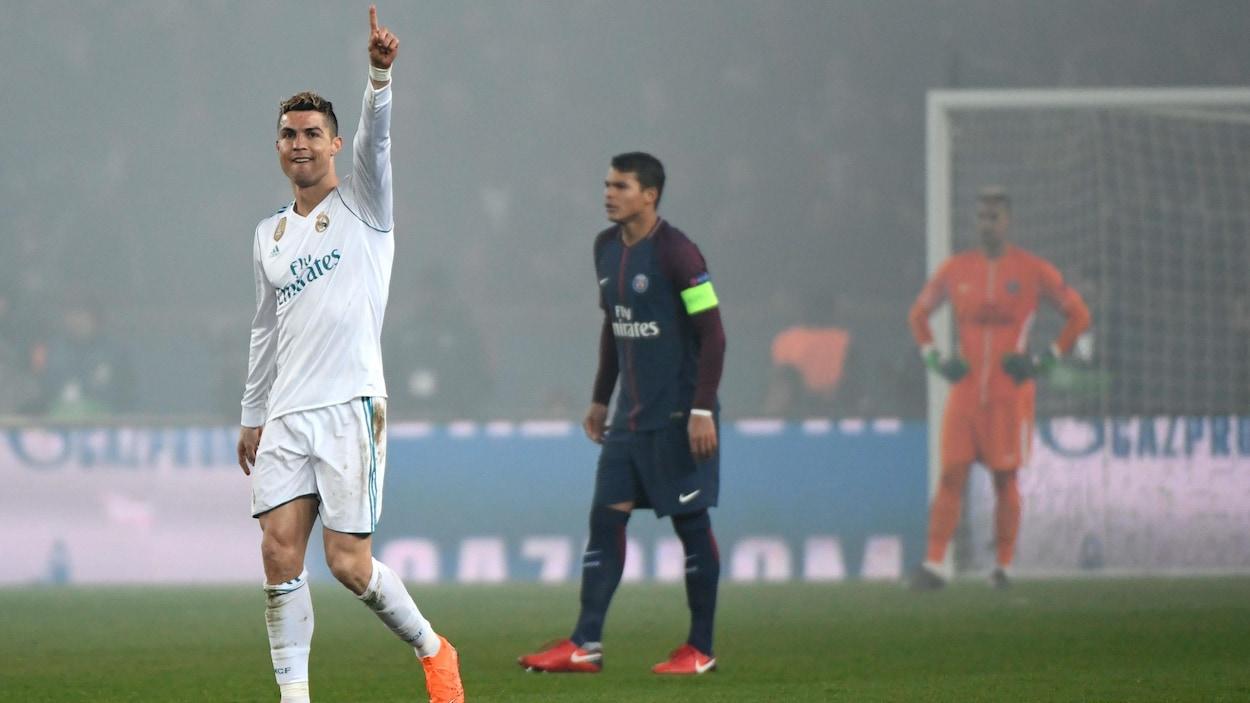 Cristiano Ronaldo (à gauche)