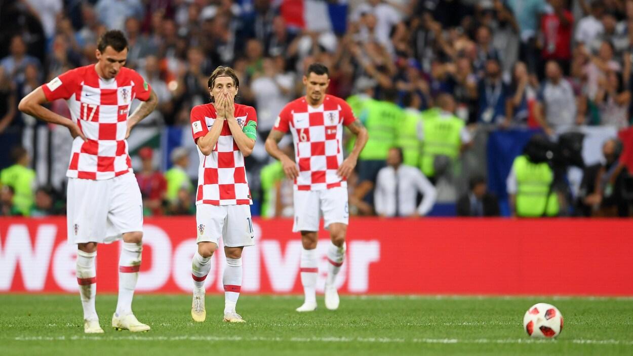 Les Croates Mario Mandzukic, Luka Modric et Dejan Lovren après la défaite contre la France en finale du Mondial 2018.