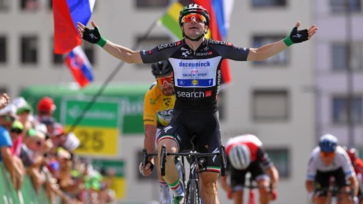 Elia Viviani célèbre sa victoire d'étape au nez et à la barbe de Peter Sagan (en jaune)