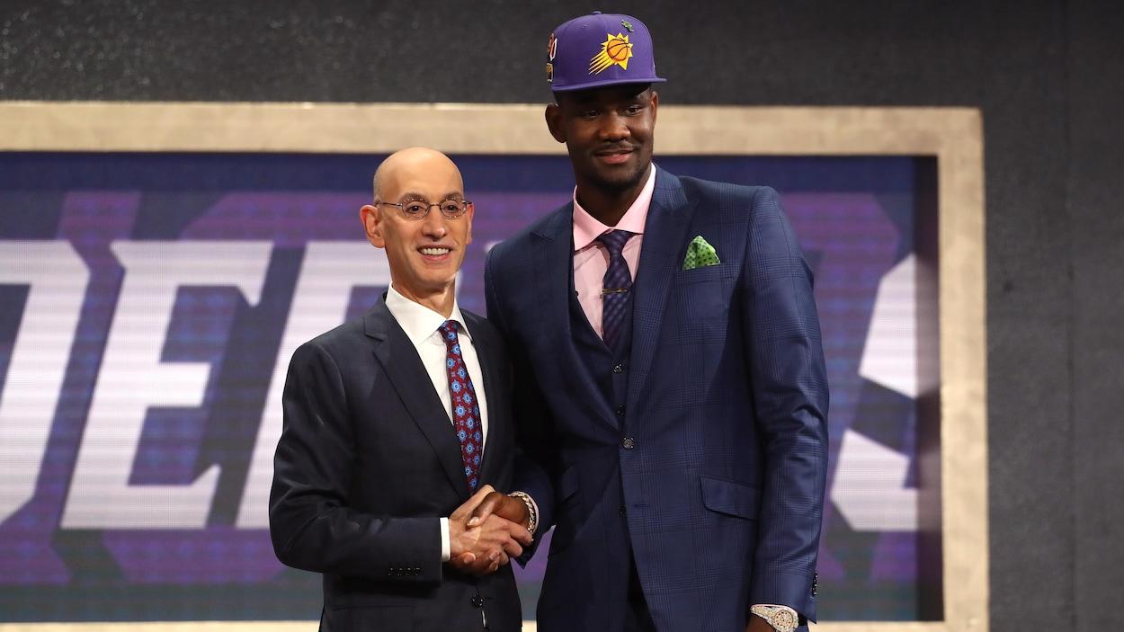 Deandre Ayton pose avec le commissaire Adam Silver après avoir été repêché par les Suns de Phoenix.