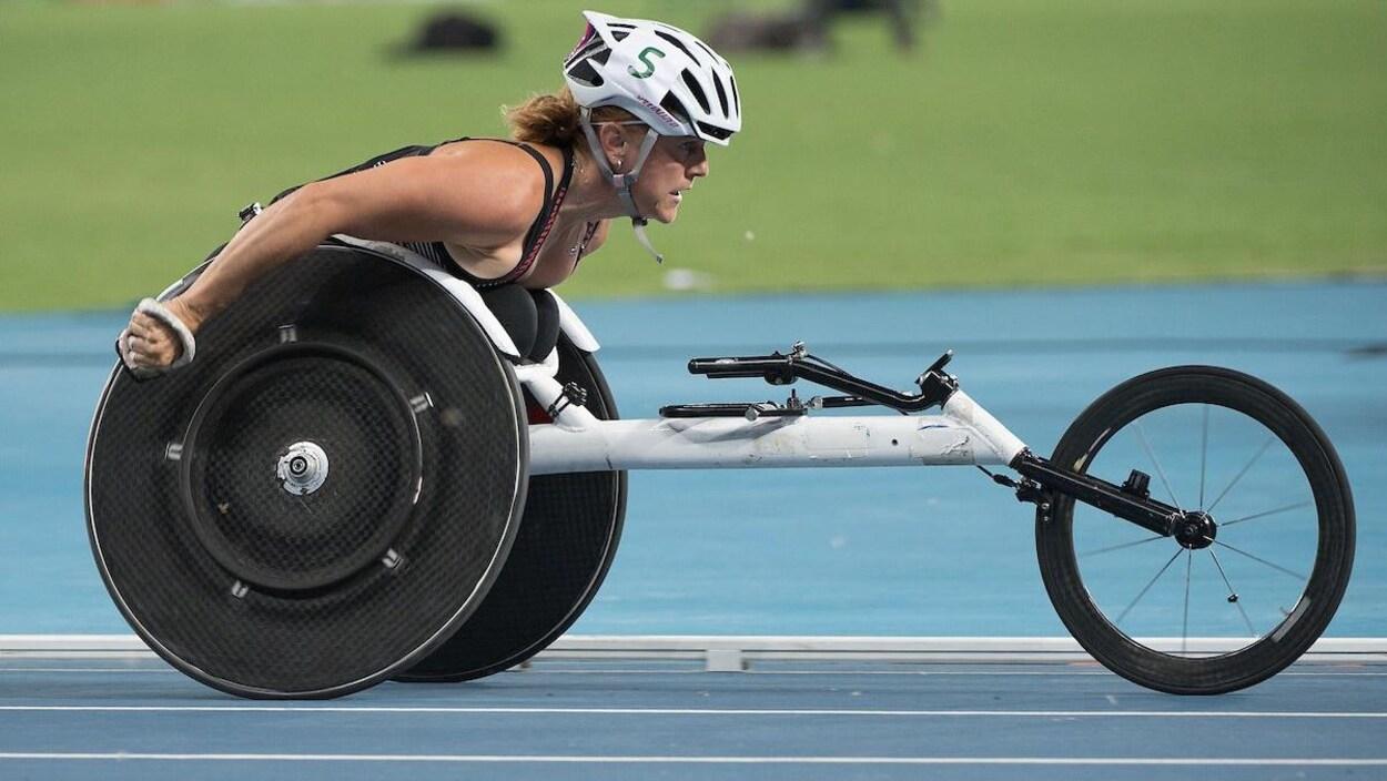 Diane Roy sur son fauteuil roulant