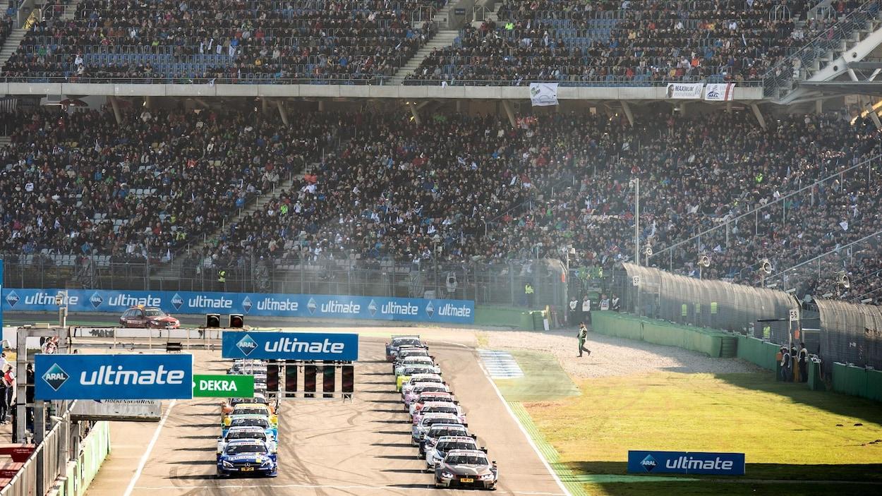 Le départ d'une course de la série DTM devant des gradins bien remplis au circuit d'Hockenheim